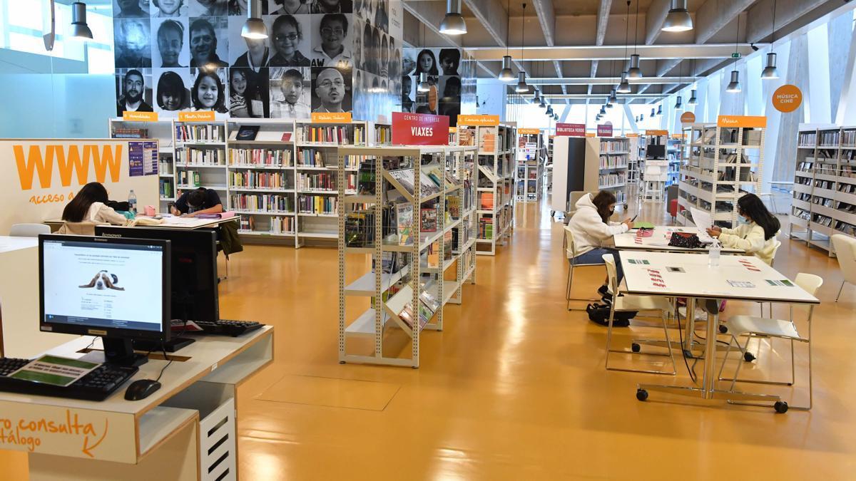 Usuarios en la biblioteca del centro Ágora.