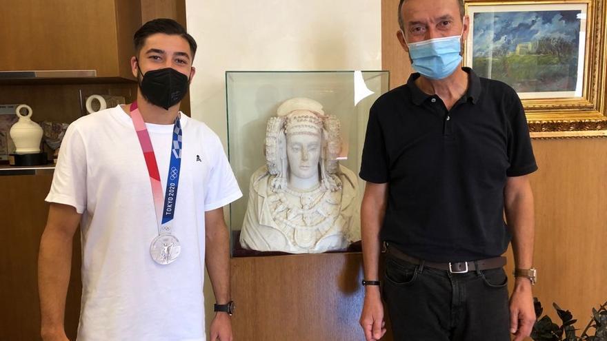 El alcalde de Elche recibe al medallista olímpico Óscar Gil