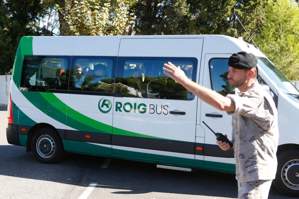 Un militar dando indicaciones a un autobús que lleva invitados a la boda.