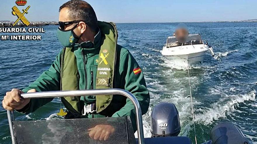 Rescate in extremis de la Guardia Civil al tripulante de una lancha recreativa en A Illa de Arousa