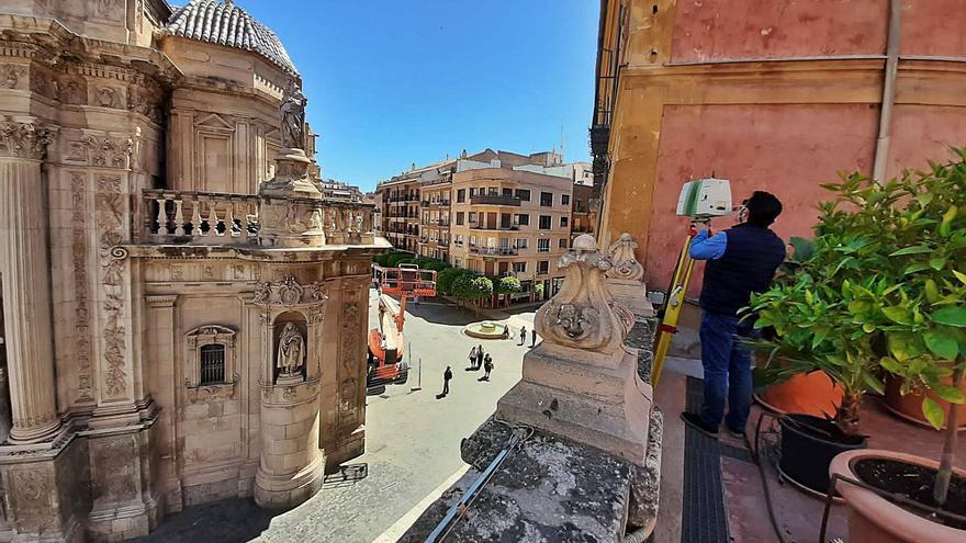 Las muestras de la fachada de la Catedral de Murcia entran en el laboratorio