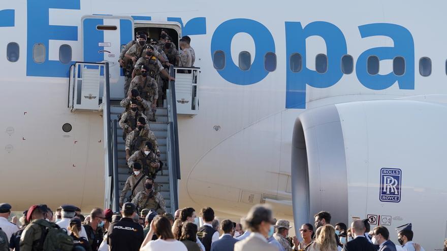 Sánchez recibe en la Base de Torrejón el vuelo de repatriación desde Afganistán