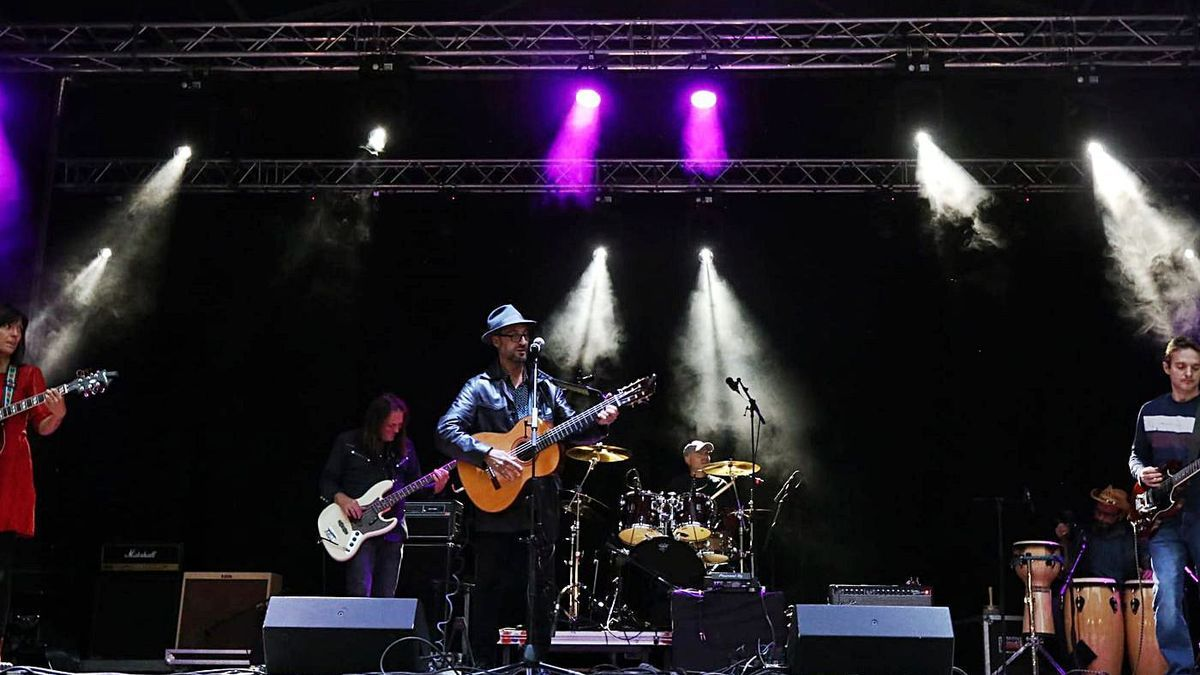 Galgo, uno de los grupos de pop rock aragonés que participaron en el concierto, interpreta uno de sus temas.