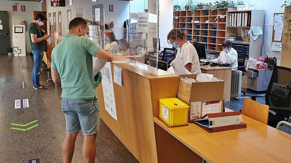 Pacientes en un centro de salud gallego.