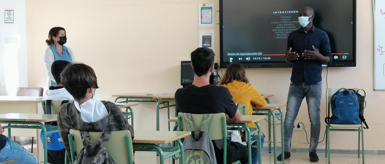 Aboubacar Drame, a la izquierda de la imagen, durante la charla que dio ayer a la clase de 4º de la ESO del IES Franchy Roca, en La Isleta.