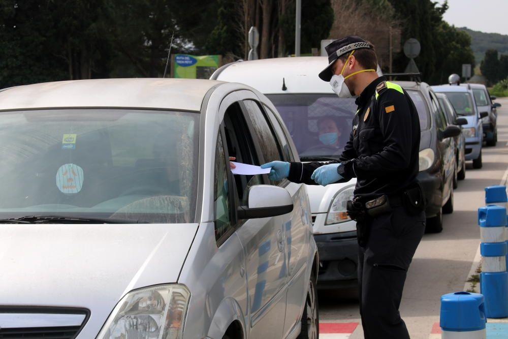 Agents de la Policia Local de Palafrugell fent controls pel Covid-19
