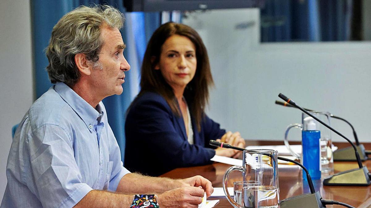 Fernando Simón y Silvia Cazón, ayer, en Madrid.     // EFE