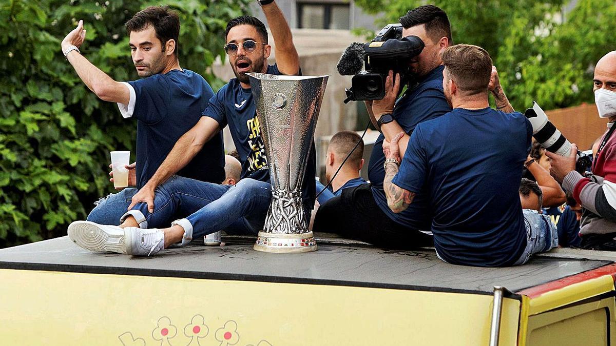 Jaume Costa y Manu Trigueros, junto a la copa de la Liga Europa.  | EFE/DOMENECH CASTELLÓ