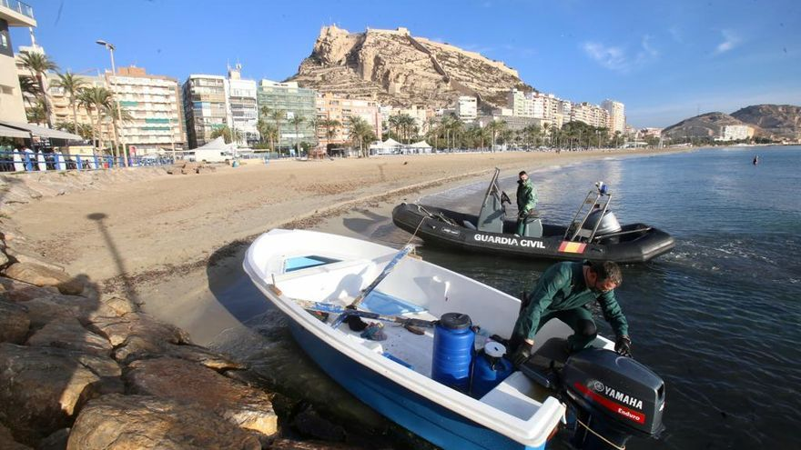 Llega una patera con diez inmigrantes a la playa del Postiguet en Alicante