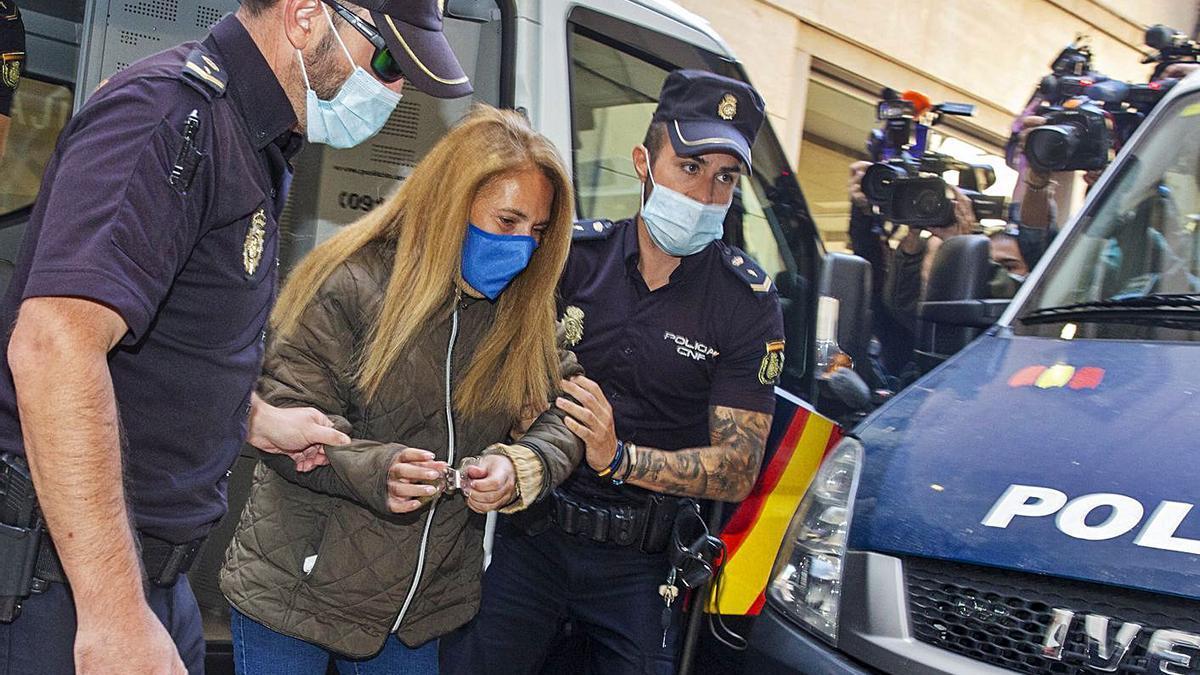 Conchi, la conocida como «viuda negra de Alicante», a su llegada a los juzgados.