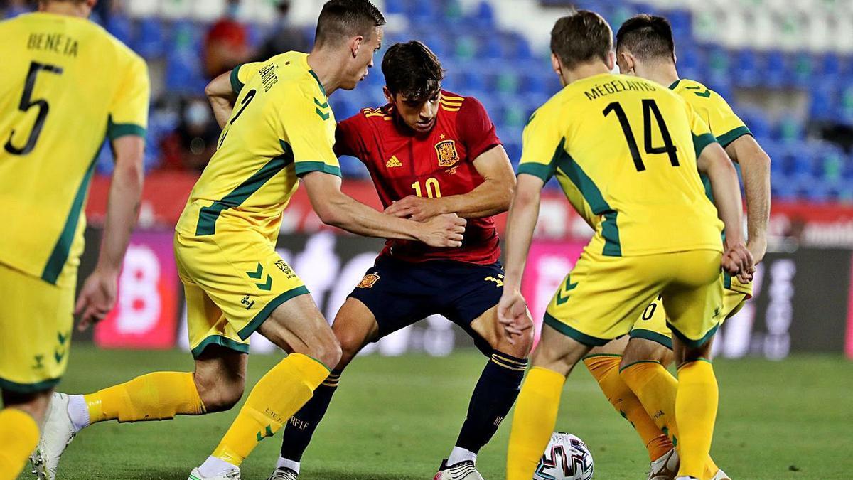 Gonzalo Villar rodeado de rivales durante el choque de ayer en Leganés.