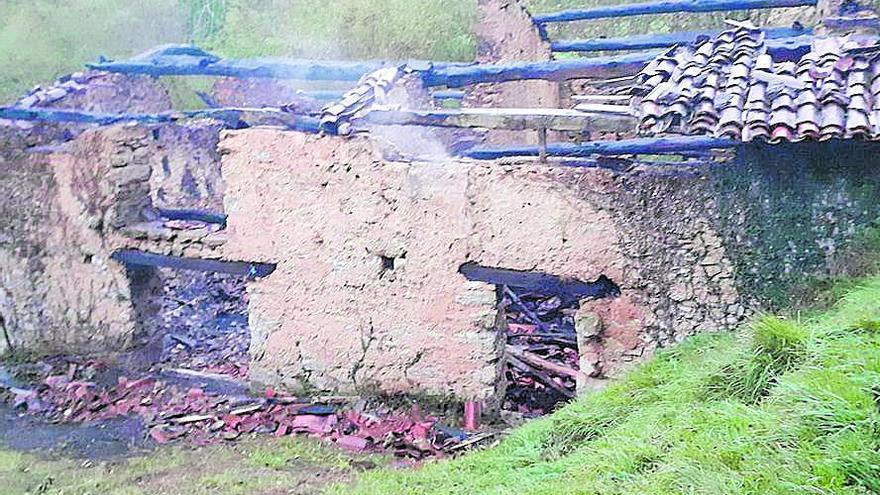 Un incendio arrasa tres cuadras en el pueblo de Llanu Con (Cangas de Onís)