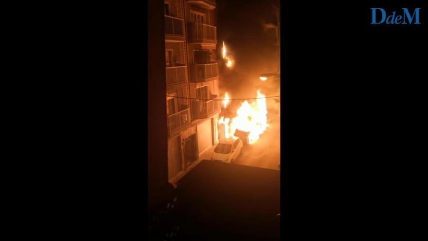 Un incendio de contenedores afecta a la fachada de un edificio de Palma