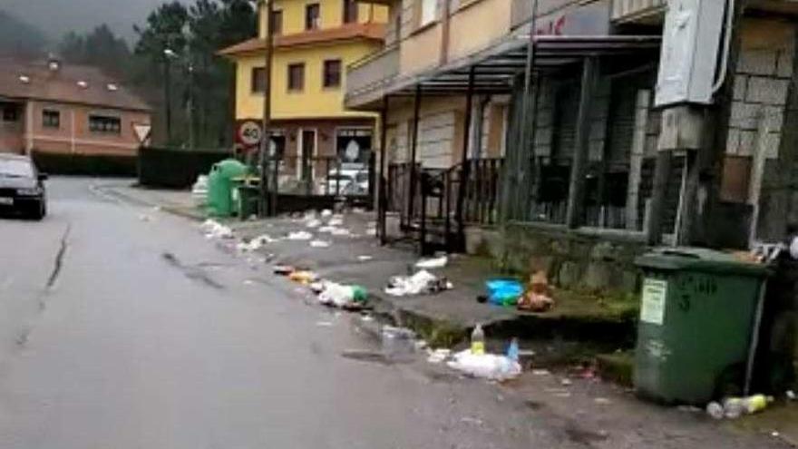Los vecinos alertan de la proliferación de residuos en el entorno de una discoteca