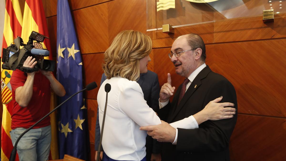 Javier Lambán y Pilar Alegría se saludan durante un encuentro en la Delegación del Gobierno.