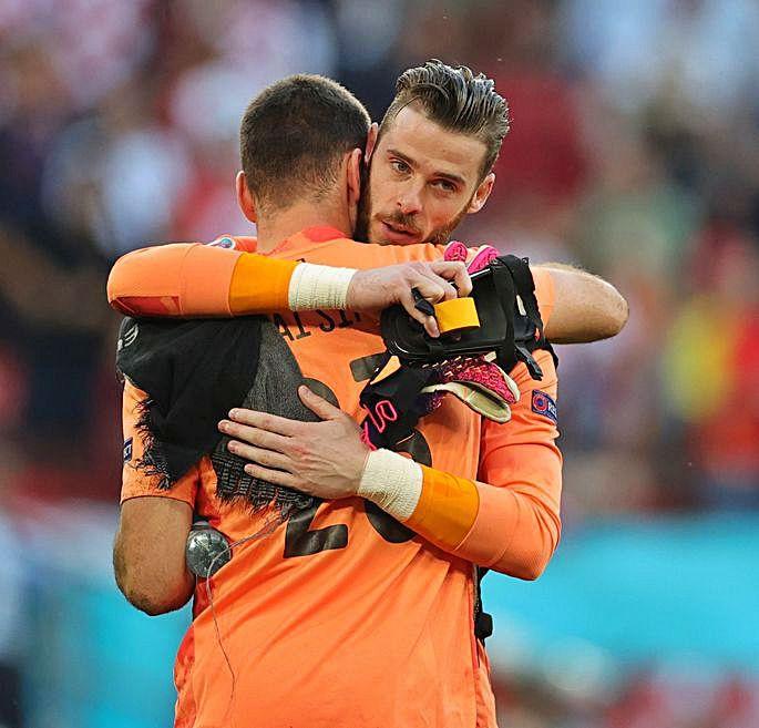 Unai Simón abrazado por De Gea al final del partido.  |  // F. VOGEL/H. MCKAY