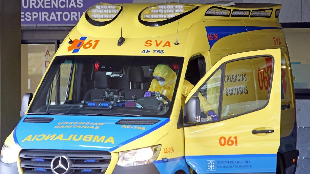 Una ambulancia en la entrada de urgencias del Hospital Álvaro Cunqueiro, en Vigo durante la pandemia del coronavirus. / Marta G. Brea