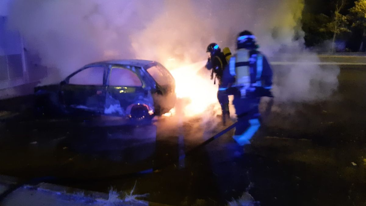 Un coche arde en Tíncer
