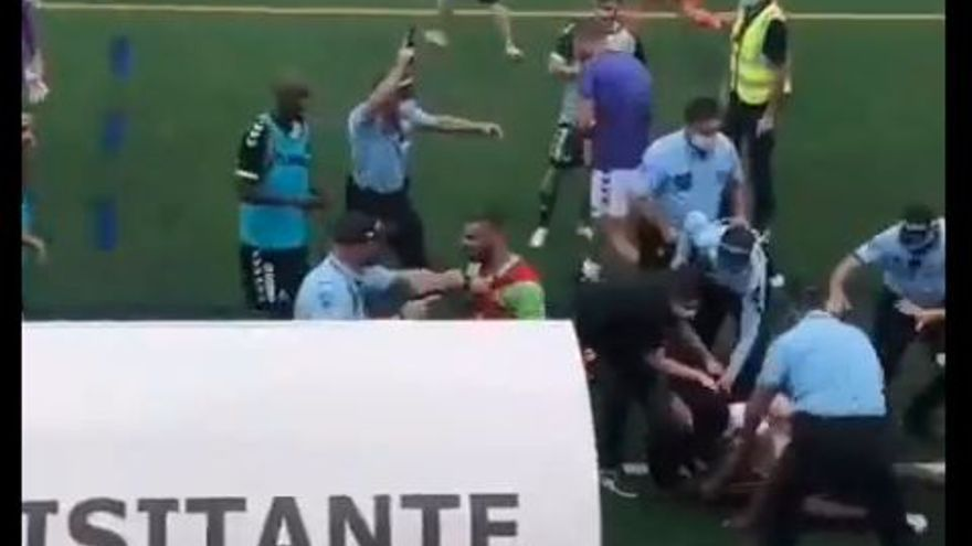 Batalla campal en un estadi portuguès: trets a l'aire i un jugador encanonat!