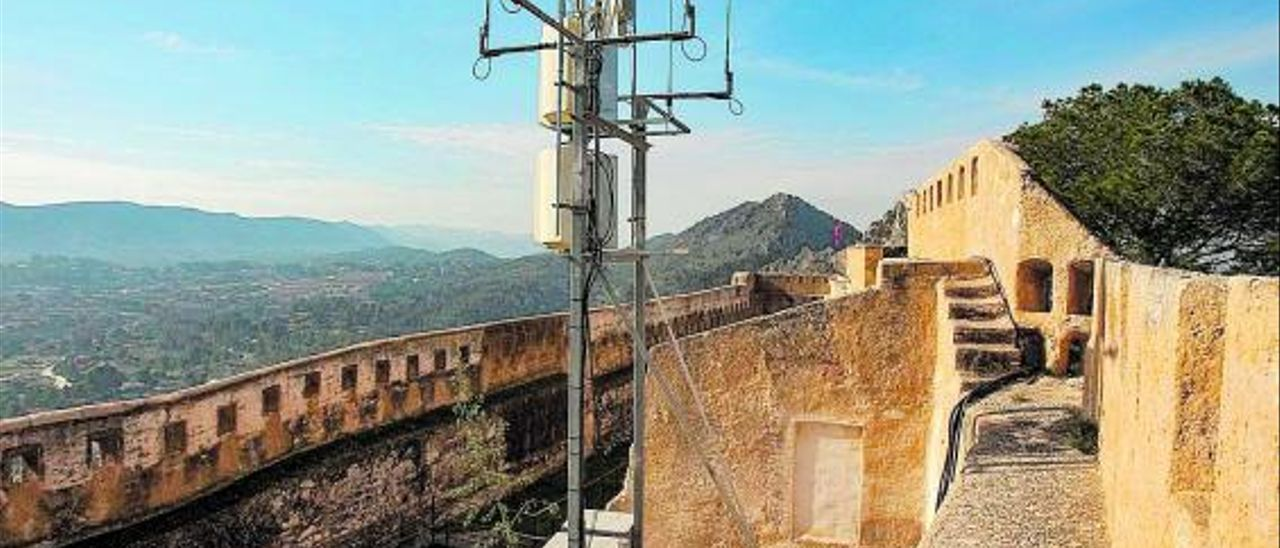 La antena del Castell de Xàtiva objeto de polémica, con la urbanización de Bixquert al fondo | PERALES IBORRA