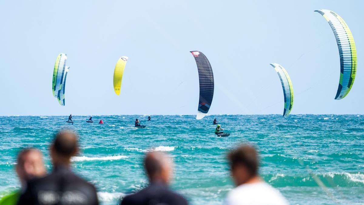 Algunos participantes en la prueba de Kite Surf de Castelló.