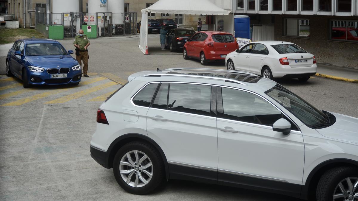Usuarios esperando a realizarse la PCR en uno de los CovidAuto de Pontevedra.