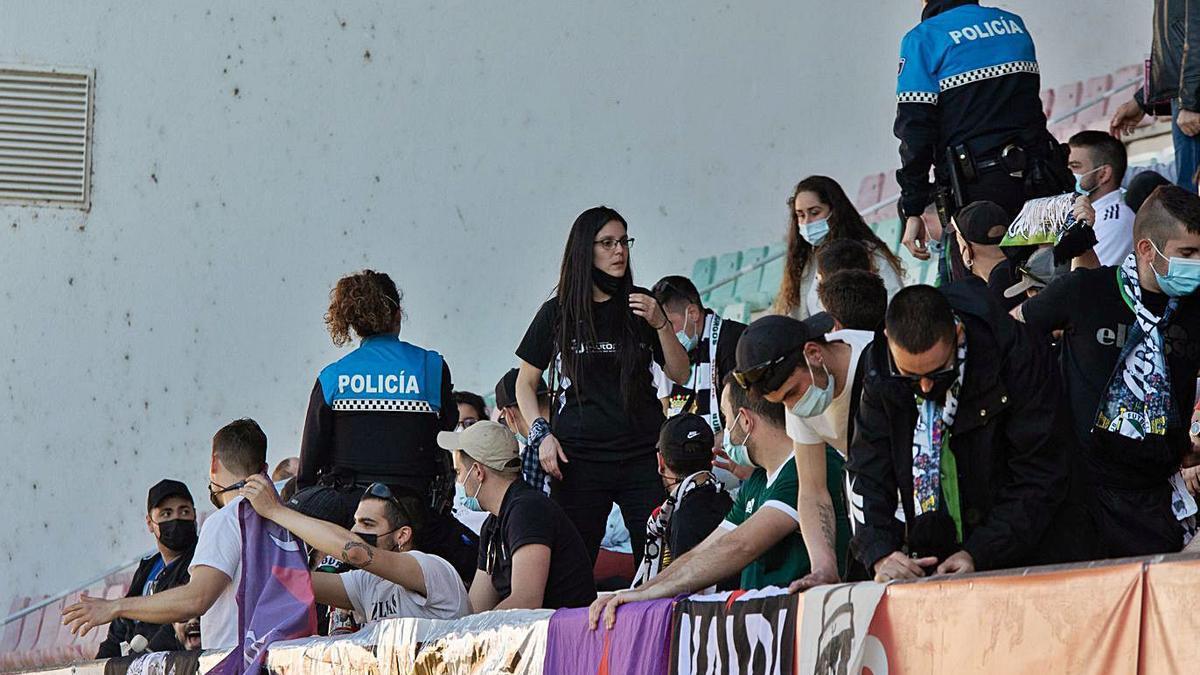 Varias decenas de aficionados burgaleses acompañaron a su equipo | J. L. F.