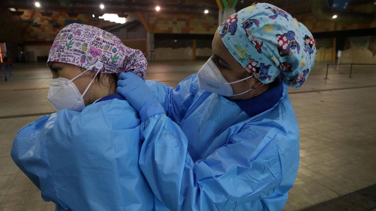 Dos sanitarias se preparan para vacunar en el FYCMA.