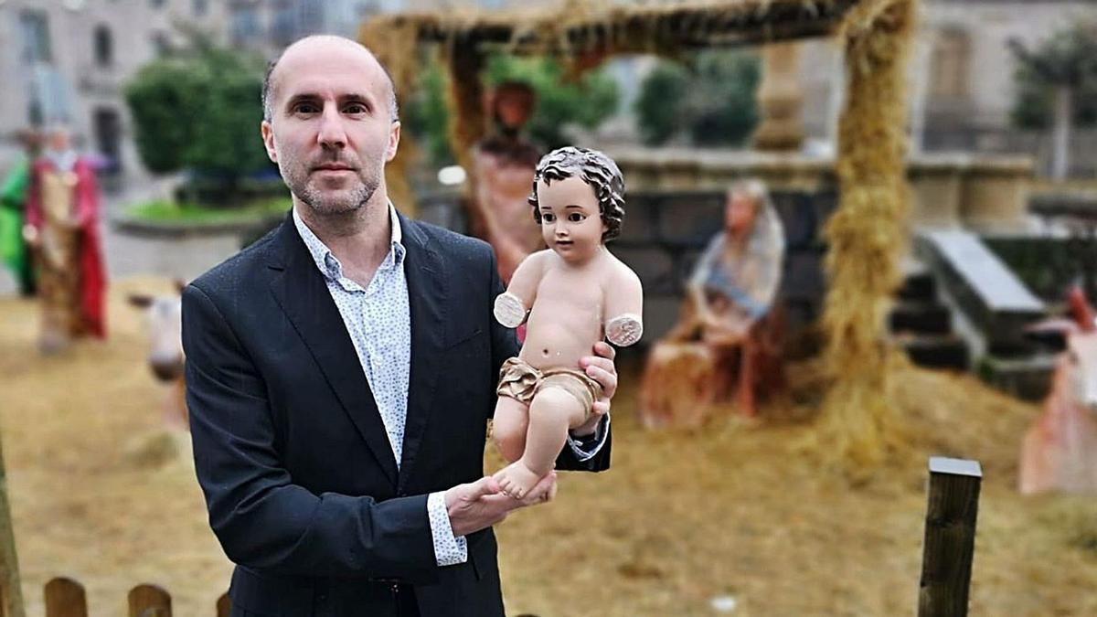 Jácome muestra el Niño Jesús robado y mutilado de su belén, que se hizo viral