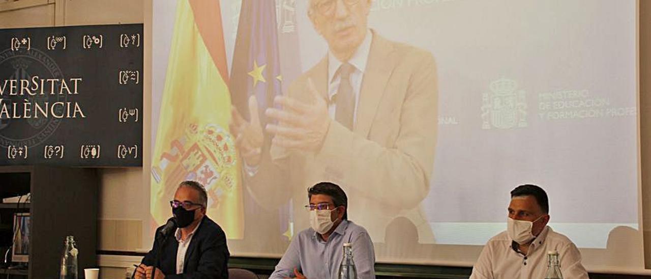 Rodríguez, al centro, y Tiana, en la pantalla, ayer en el acto | LEVANTE-EMV