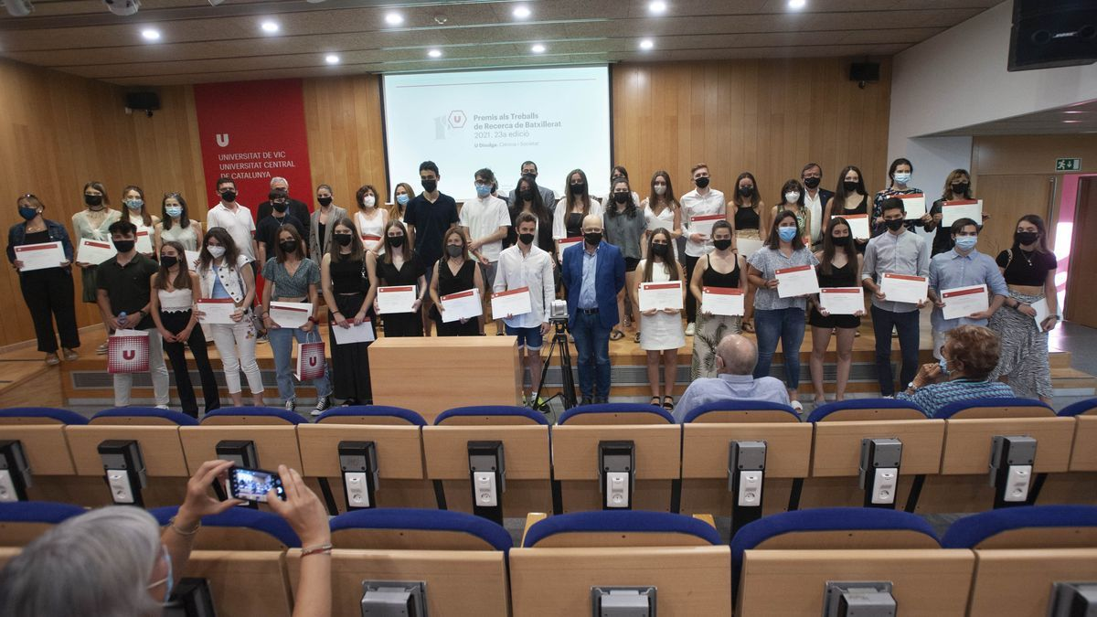 La foto amb tots els premiats per la Uvic