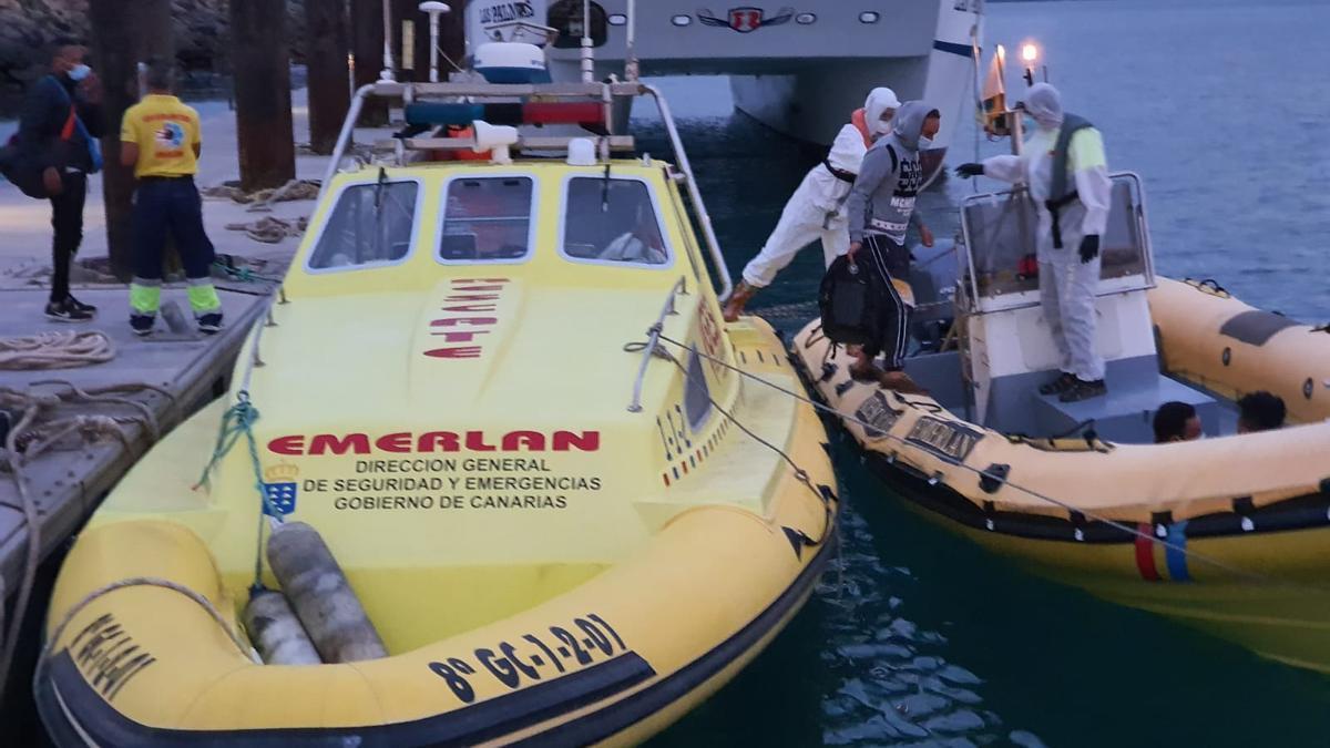 Embarque de inmigrantes en La Graciosa para su traslado a Lanzarote.