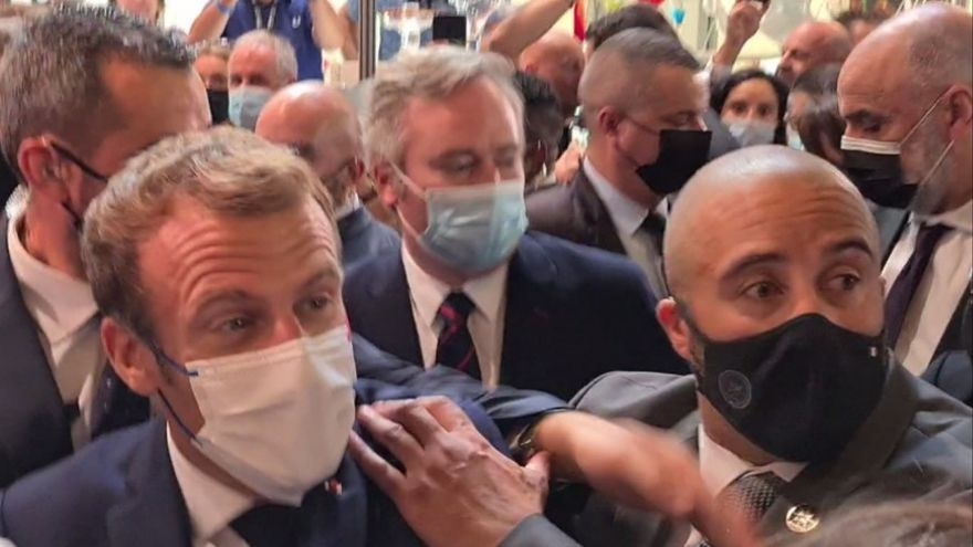 Llancen un ou contra Macron en una fira de gastronomia