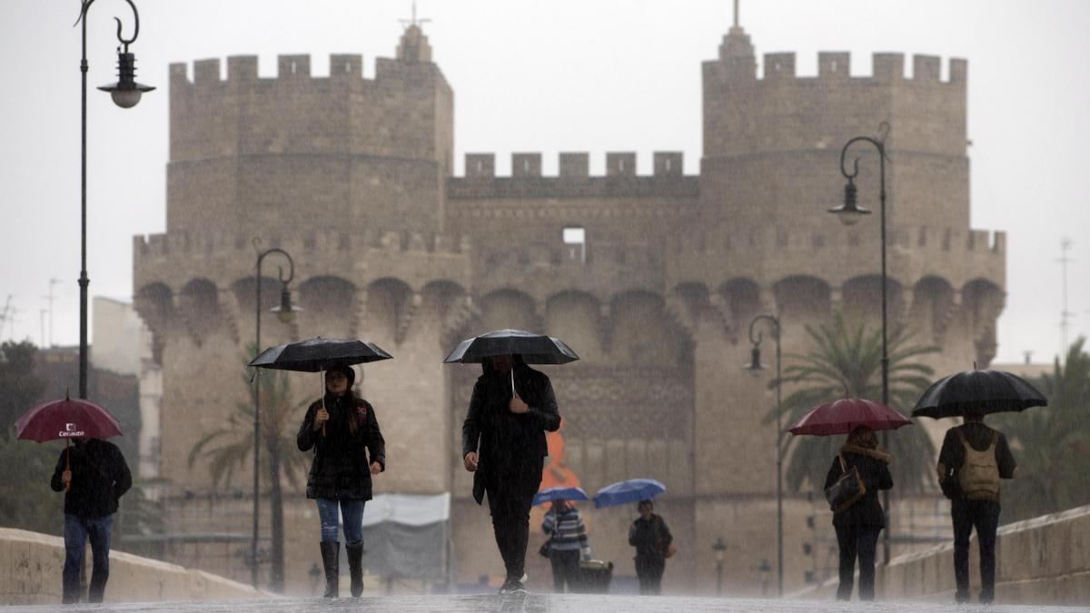 El tiempo en Valencia anuncia lluvia y tormentas para esta tarde, según la previsión de la Aemet.