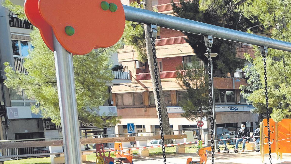 Juegos cerrados en los parques de Elda por el coronavirus.