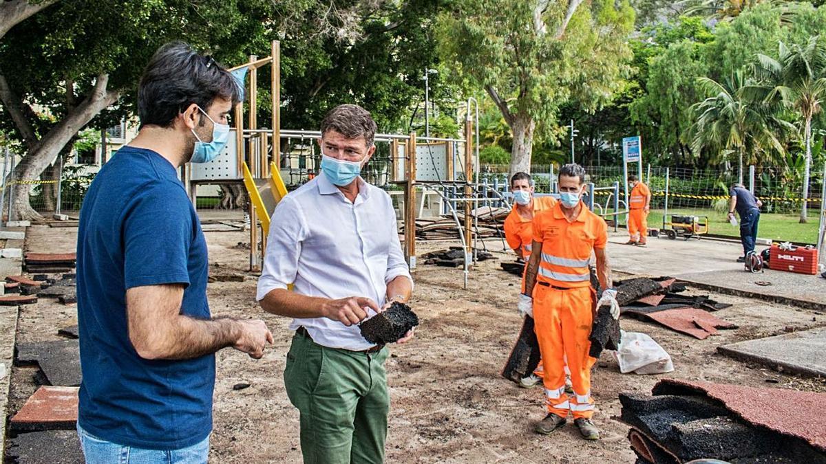 Guillermo Díaz Guerra, concejal de Servicios Públicos y del Distrito Centro, visita la obra del Secundido Delgado.