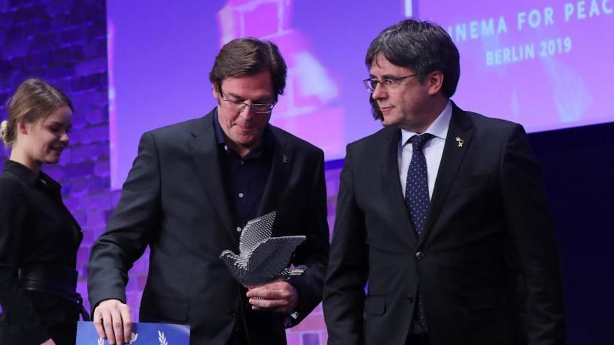 El equipo de 'Dos Cataluñas' devuelve el galardón que les entregó Puigdemont