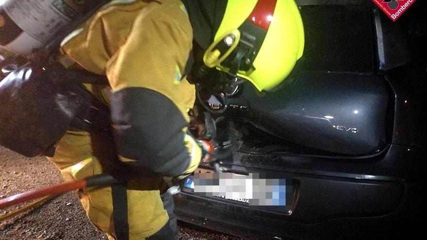 Los bomberos sofocan el incendio de un vehículo en La Siesta de Torrevieja