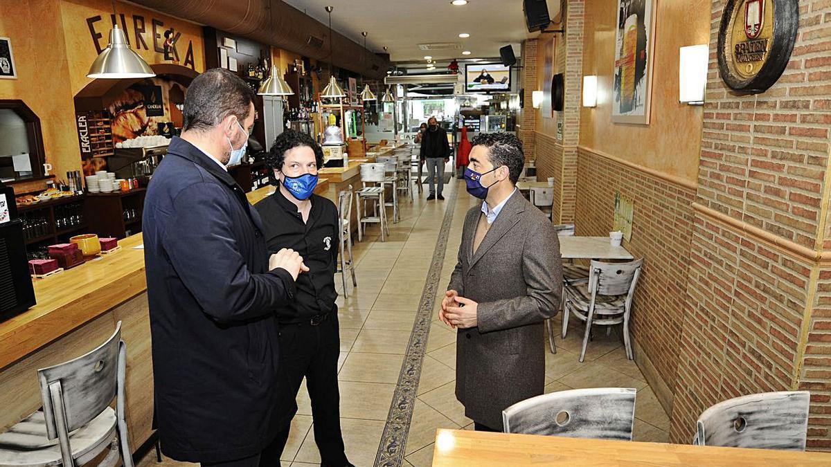 El delegado territorial de la Xunta conversa con el alcalde y el hostelero Pedro Díaz.  | // BERNABÉ/JAVIER LALÍN