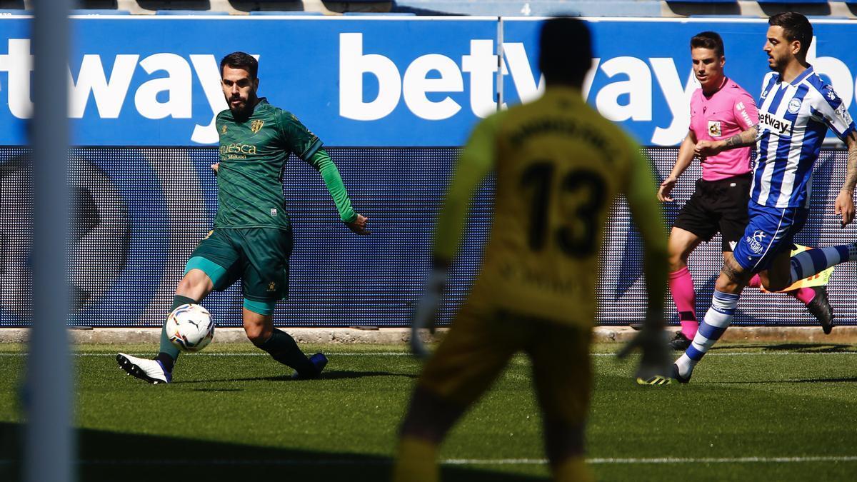 Insua, durante el partido frente al Alavés.