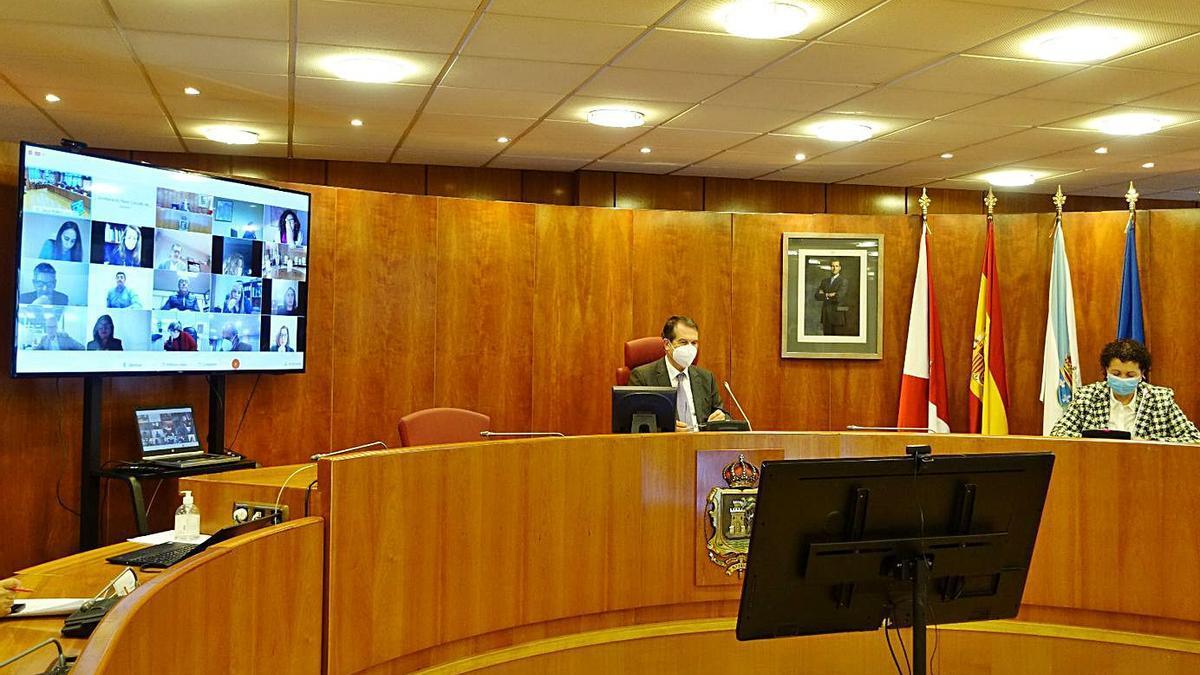 Los concejales y el alcalde escuchan a Concepción Martínez, de la Asociación de Mulleres Lúa.