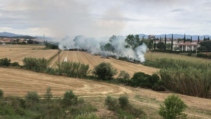 Incendi en un camp al barri de l'Olivar Gran de Figueres