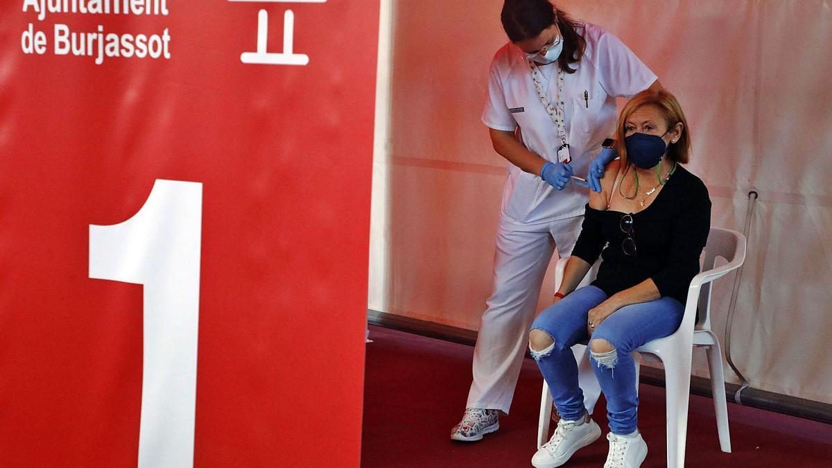 El Pabellón Municipal de Burjassot se estrena en la vacunación contra la covid inmunizando a personas de entre 59 y 51 años, ayer.  | M.A.MONTESINOS