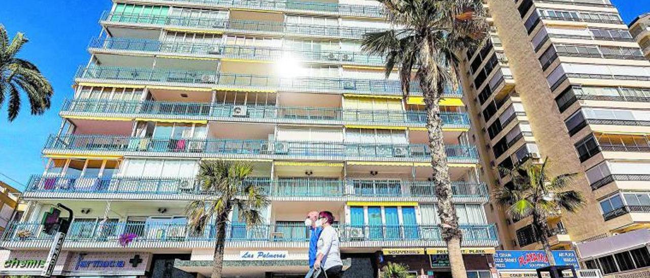 Varios viandantes pasean por el Paseo de Levante de Benidorm, una de las zonas con más demanda para alquilar pisos turísticos.  | DAVID REVENGA