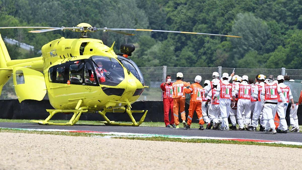 Los médicos del Mundial atienden a Dupasquier antes de ser evacuado en helicóptero.    EFE/CLAUDIO GIOVANNINI