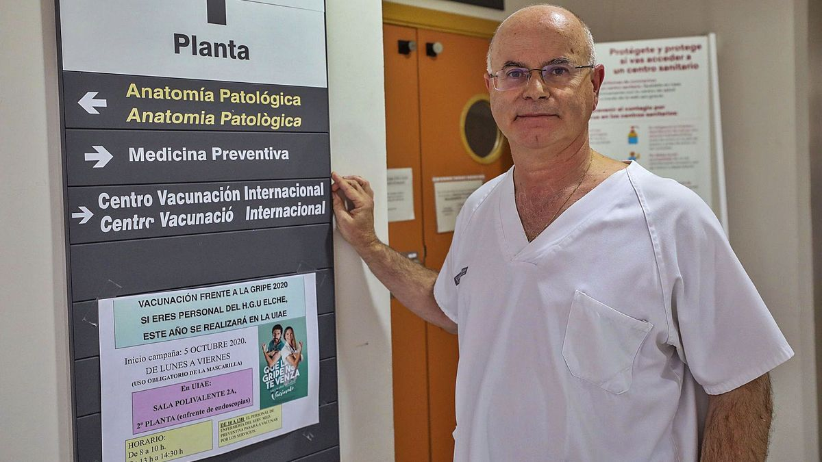 El doctor Juan Francisco Navarro, en su consulta de Medicina Preventiva del Hospital General de Elche. |
