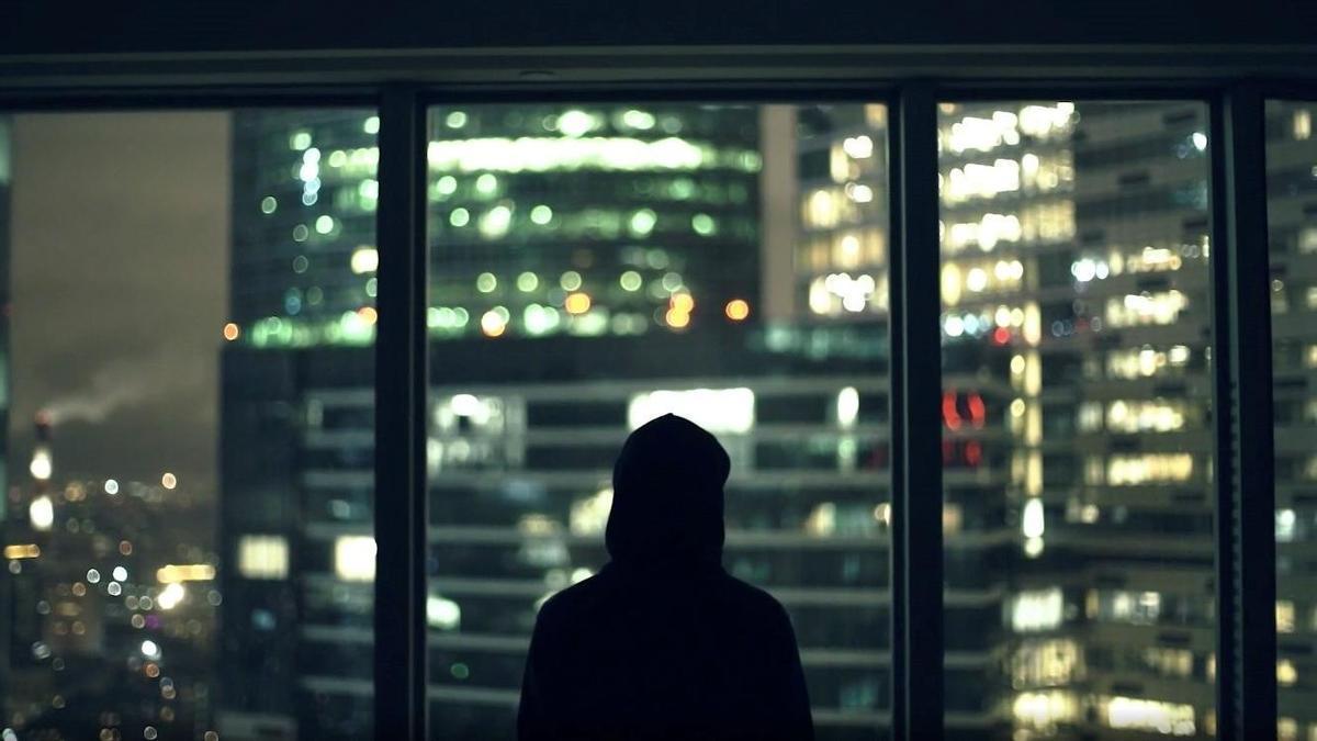 Imagen del hombre encapuchado que interpreta a Pável Dúrov en el documental 'Dúrov'.