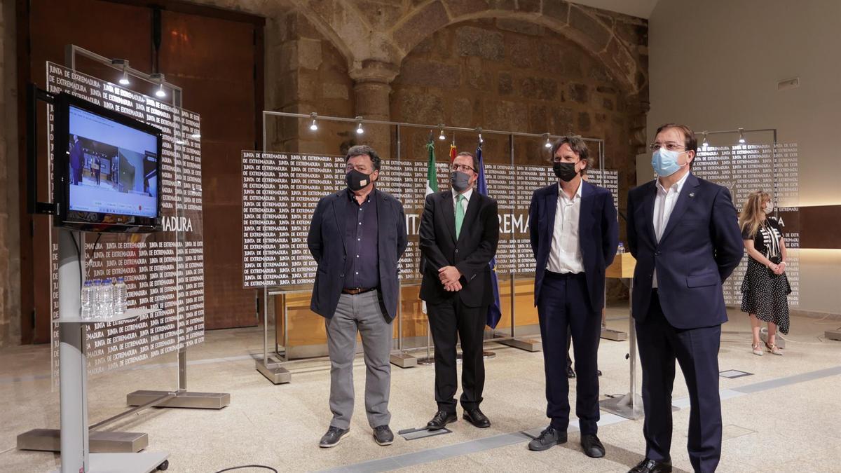 El presidente de la Junta de Extremadura, Guillermo Fernández Vara (d), participa en la firma de un protocolo con la firma de joyería Diamond Foundry, este viernes en Mérida.