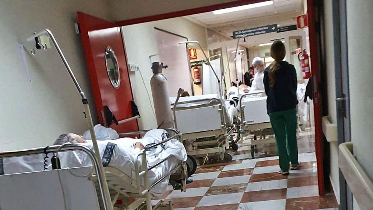 Camas por los pasillos del Hospital General de Alicante, ayer.  | LEVANTE-EMV