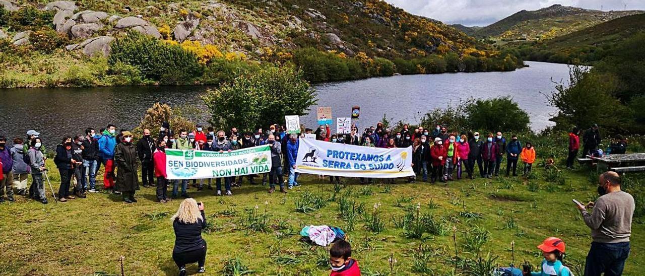 """Participantes en la """"andaina"""" para defender la Serra do Suído de los eólicos, ayer."""